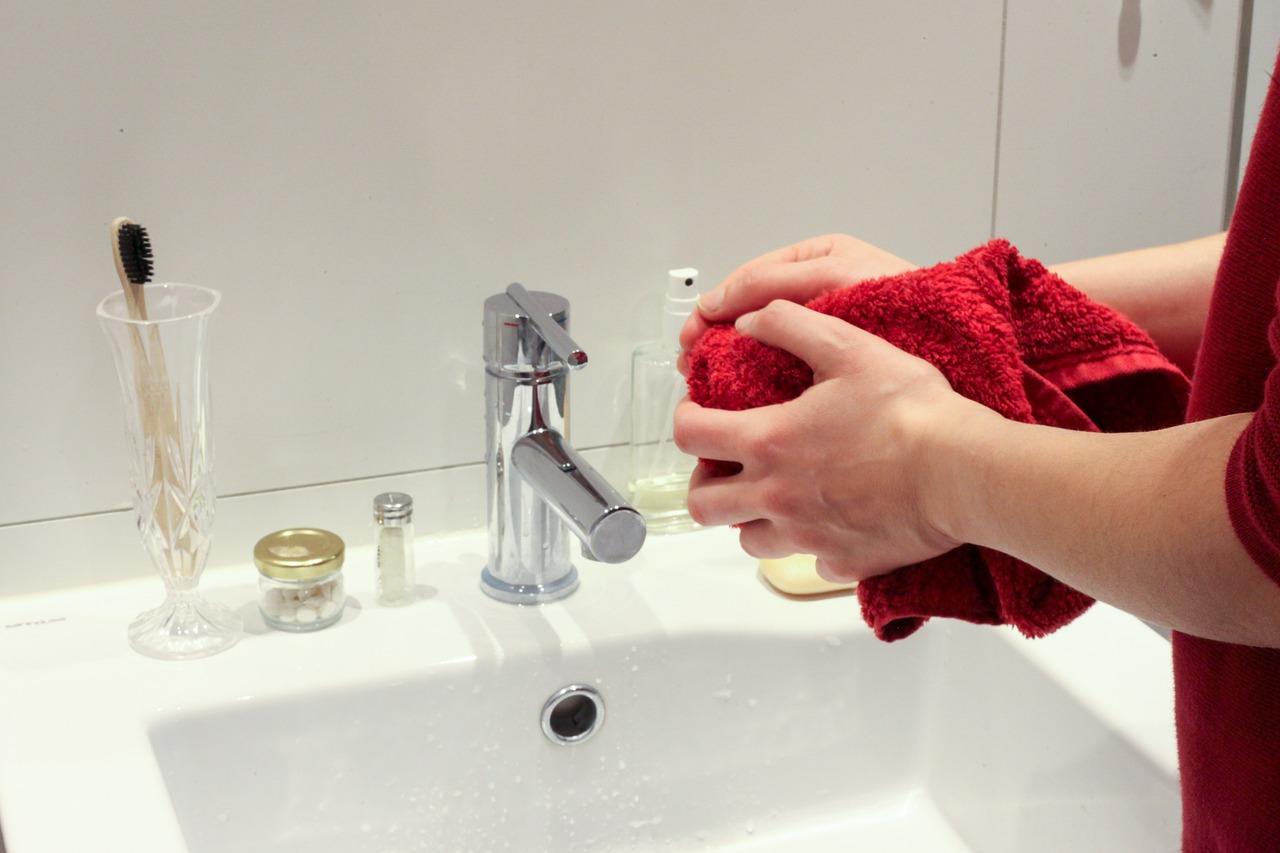 Jak dbać o dłonie po pracy – pasty BHP do czyszczenia rąk