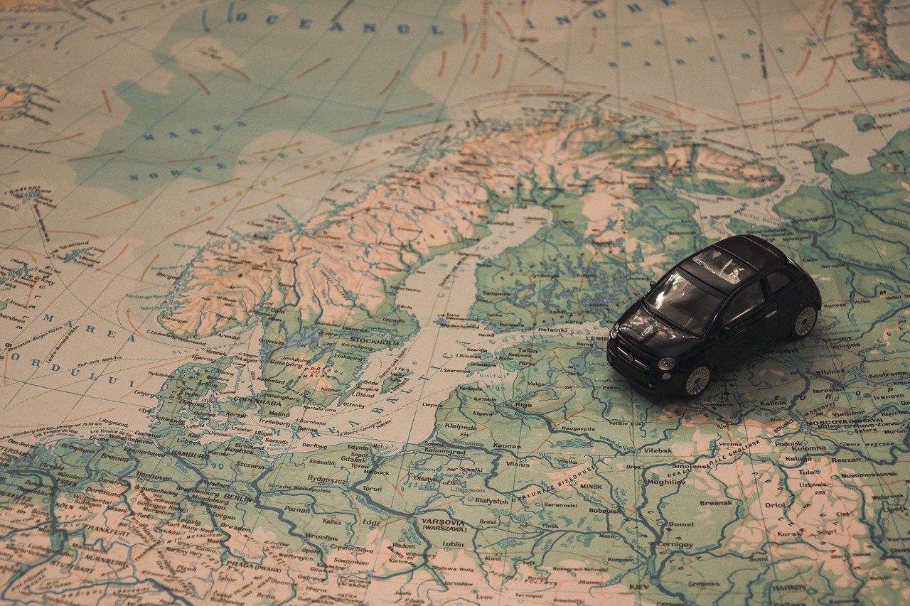 Jak dobrze zaplanować długie trasy autem?